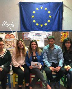 Ilaria con altri volontari e la bandiera dell'Europa
